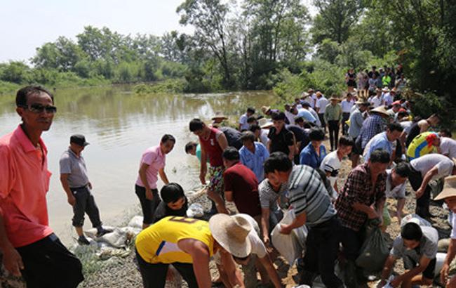 [安庆]潜山志愿抢险突击队抢修水毁道路