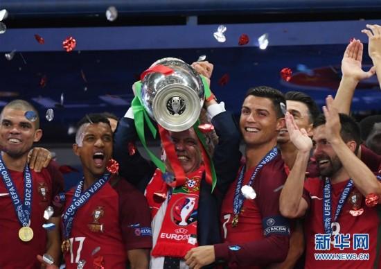 欧洲杯葡萄牙夺冠 C罗高举奖杯欢呼