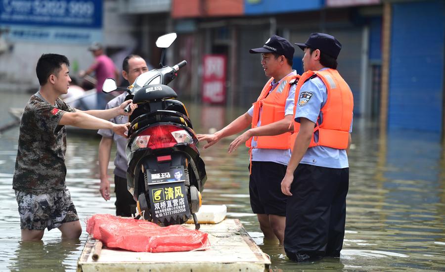 """""""70后""""警察:洪水冲不垮的警察责任"""