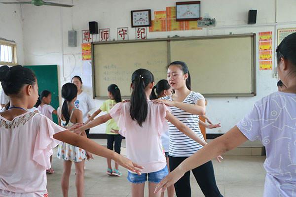 广西大学生文艺队走进农村
