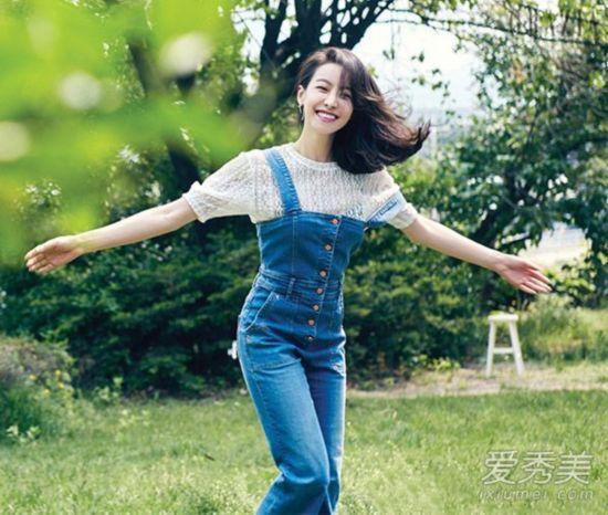 拍摄杂志大片,穿白色蕾丝上衣配背带牛仔裤,清新活泼,韩式唯美风.