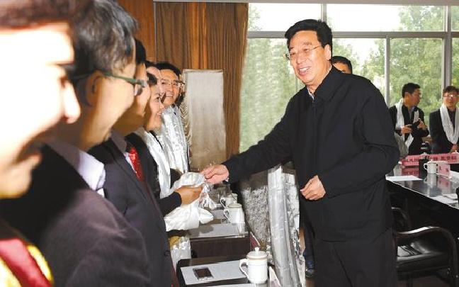 吴英杰:坚持教书与育人并重 推动西藏教育事业优先发展