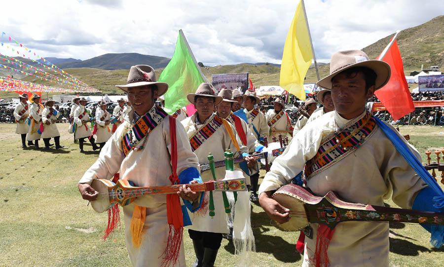 """西藏传统的""""数羊头""""比赛"""