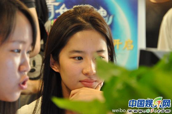 有网友在微博上曝光刘亦菲的素颜照片