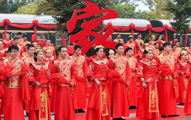 郑州铁路局职工举行集体婚礼