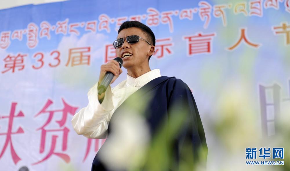 西藏盲人乐队献艺特殊学校孩子