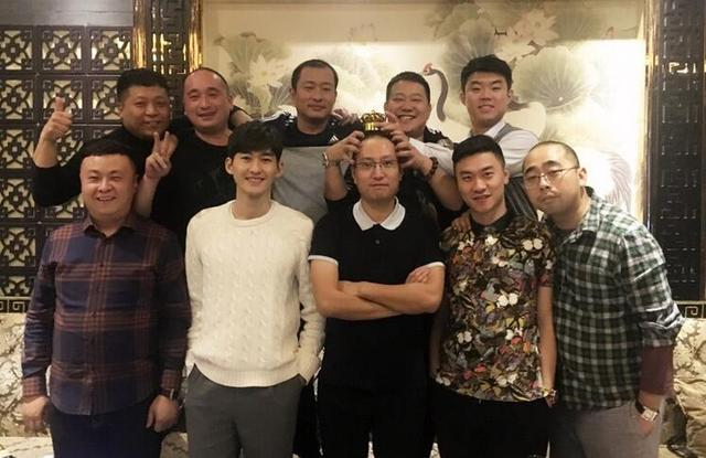 张翰晒与小学同学聚会照 同学像他叔叔伯伯