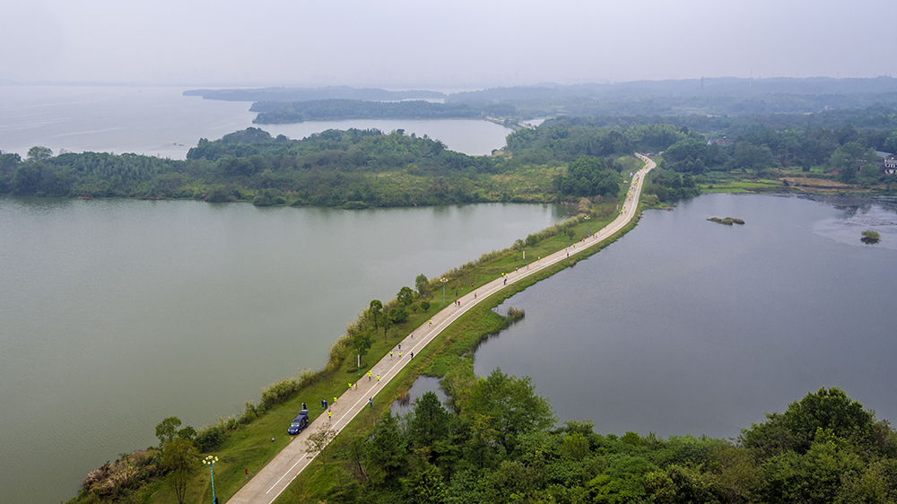 航拍直击:2016池州环平天湖国际半程马拉松赛开跑