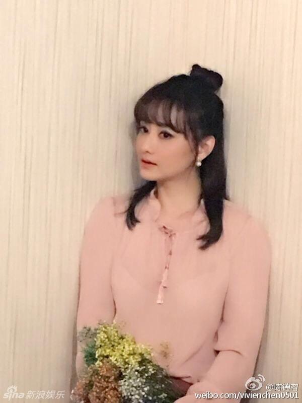 42岁陈德容近照 穿粉色衬衫保养得宜刘海减龄