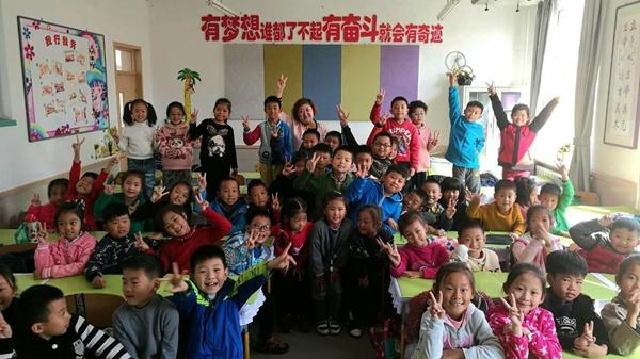 积极的人像太阳 张斯瑶坚守儿时的教书梦