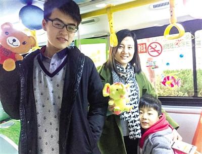 公交女车长元旦开车 儿子给乘客们发礼物
