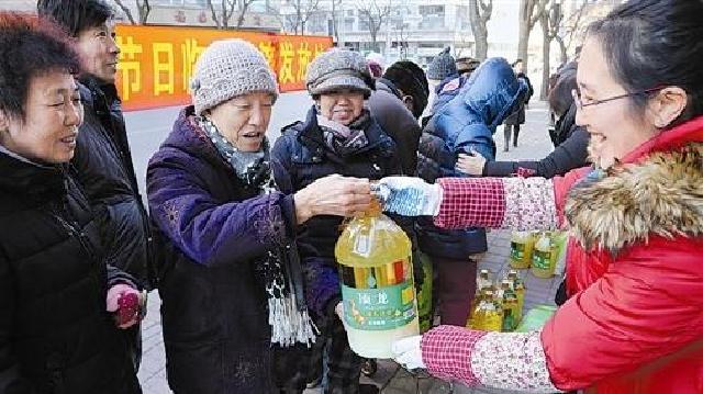 大連:桂林街道為低保家庭發放節日物品