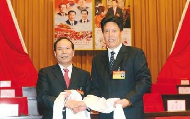 西藏自治区十届人大五次会议举行第四次全体会议