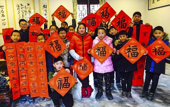 红红春联送群众 热闹集市年味渐浓