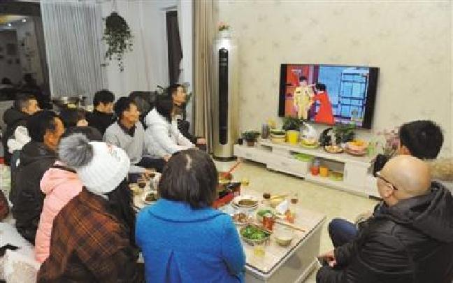 西藏各族干部群众观看央视春晚特写