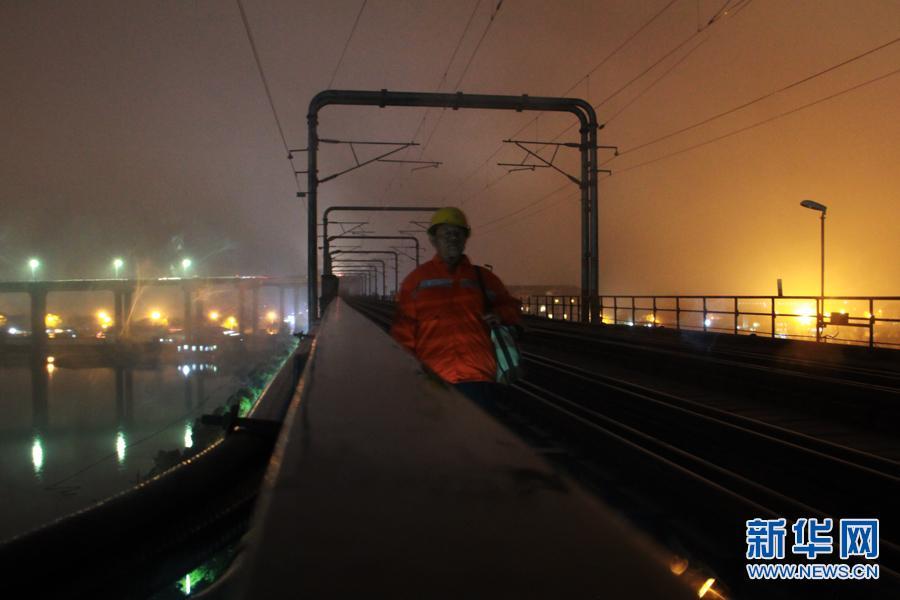 (网络媒体走转改)铁路巡道工:用脚步丈量长江大桥