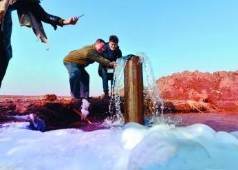 沈阳农民钻地70米 井眼突然喷出汩汩泉水