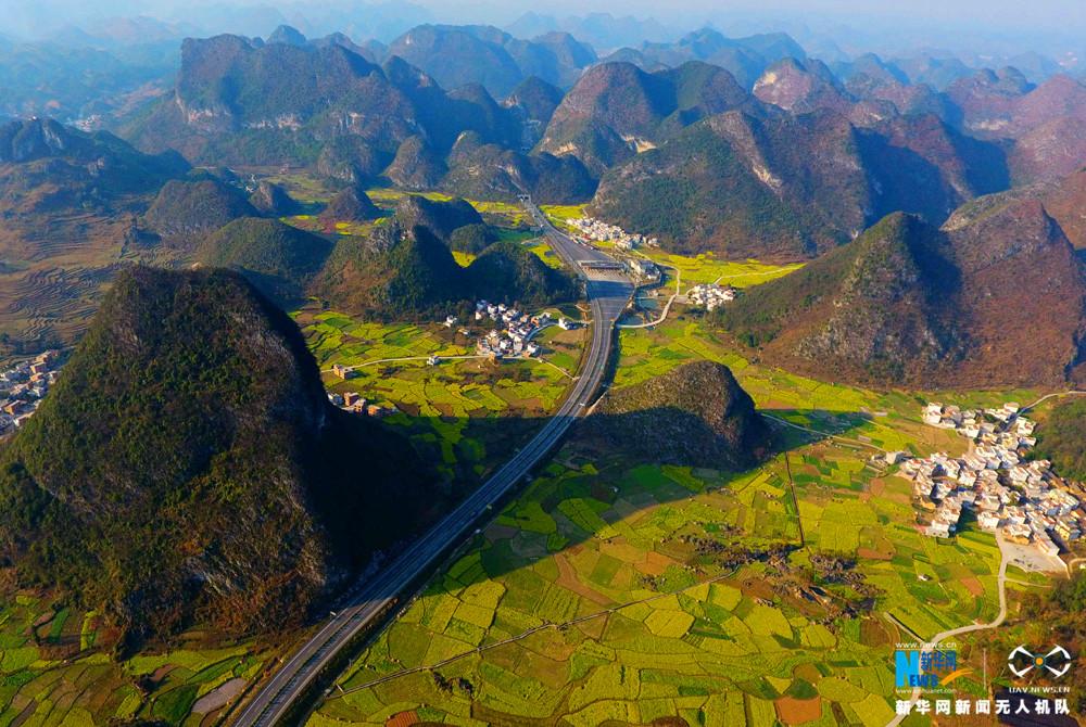 图为2月12日航拍的兰海高速公路黔桂交界路段。新华网发 高东风摄