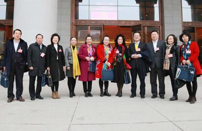 西安市十六届人大一次会议开幕 代表委员步入会场