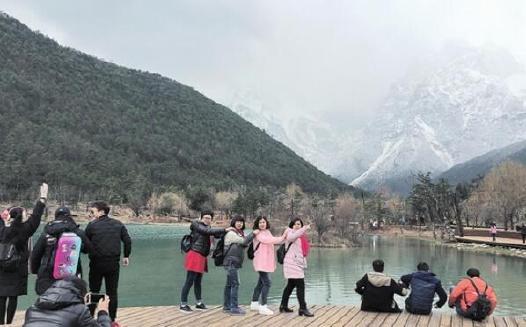 景很美 游客丽江玉龙雪山赏雪忙