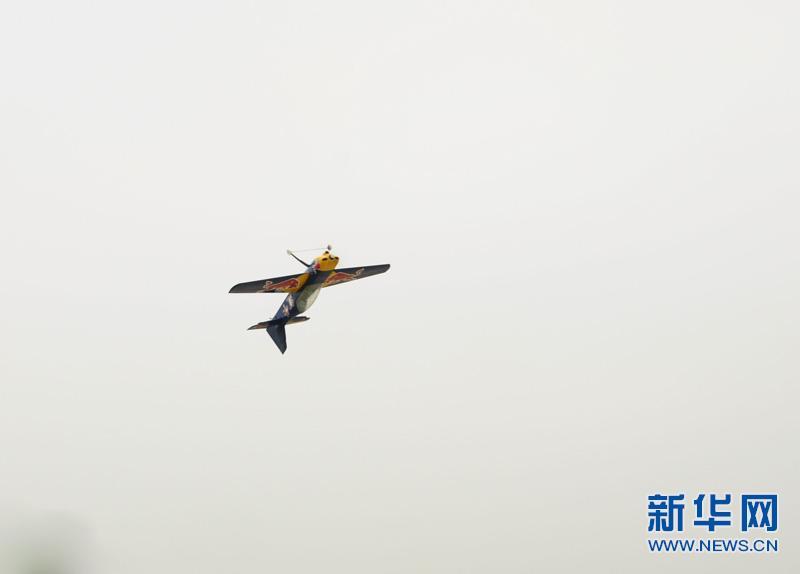 云南罗平航空露营地上演无人机特技飞行表演