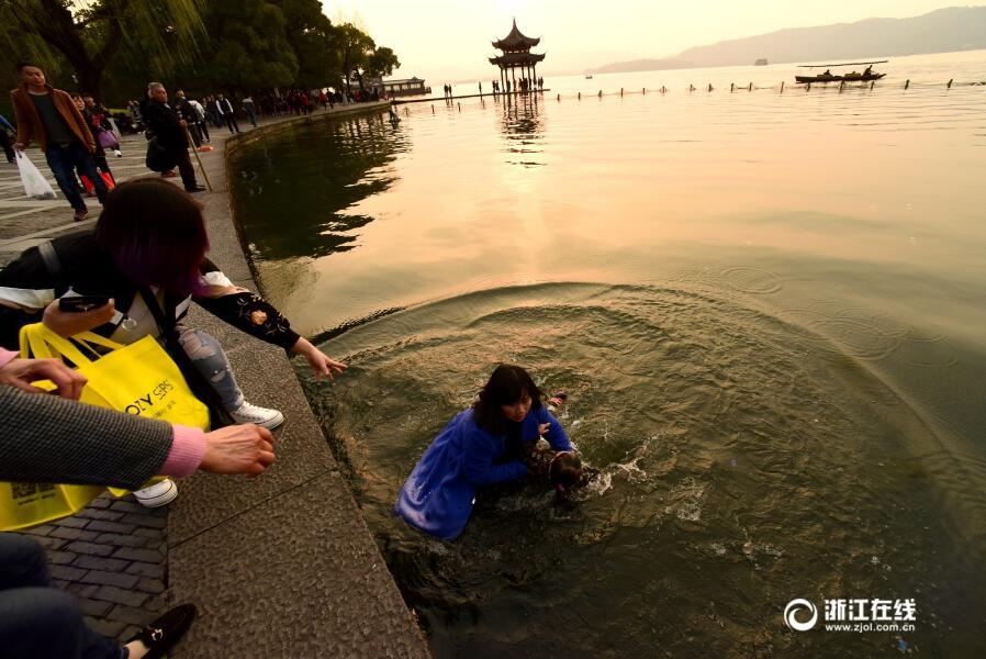杭州:女孩落水 众人相救