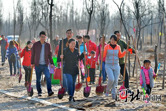 石家庄6000志愿者在小壁林区植树1.5万株(组图)