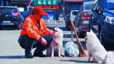 """沈阳:保洁员老杨家两位特殊""""家人"""""""