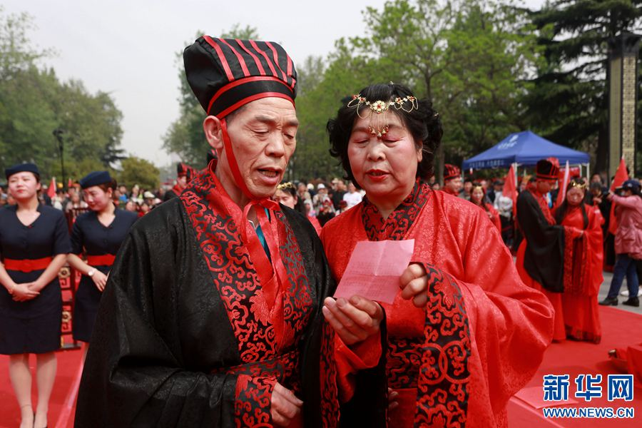 """河南洛阳上演汉婚盛典 35对""""新人""""完婚"""