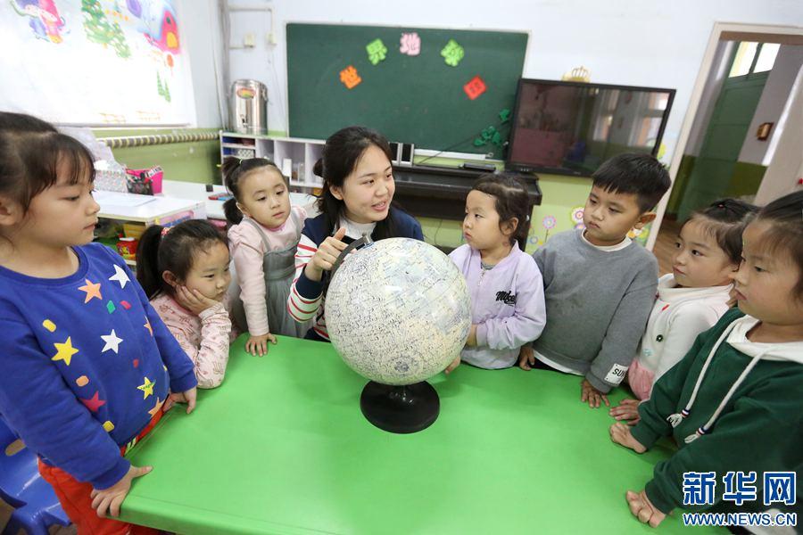 河南安阳:小朋友争做地球小主人