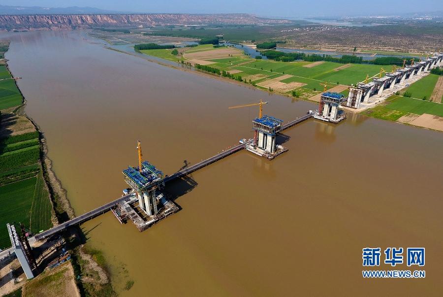 加紧建设中的运保高速黄河大桥