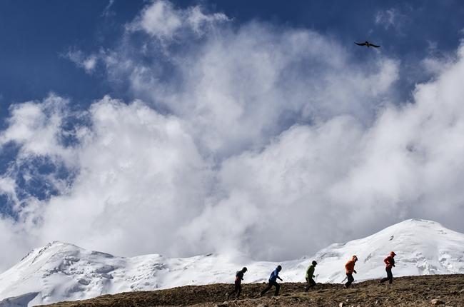 环阿尼玛卿雪山极限越野赛进行赛道测试