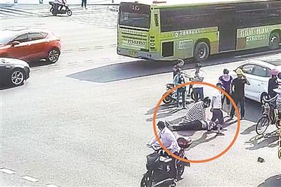 护士下班途中遇车祸老人跪地抢救