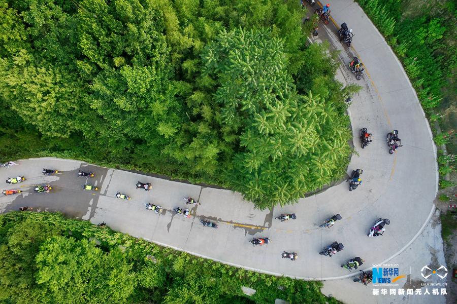 航拍:盘山公路上的摩托游龙