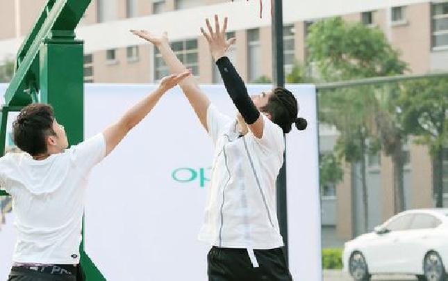王俊凯刘昊然进校园 篮球MVP大赛一决胜负