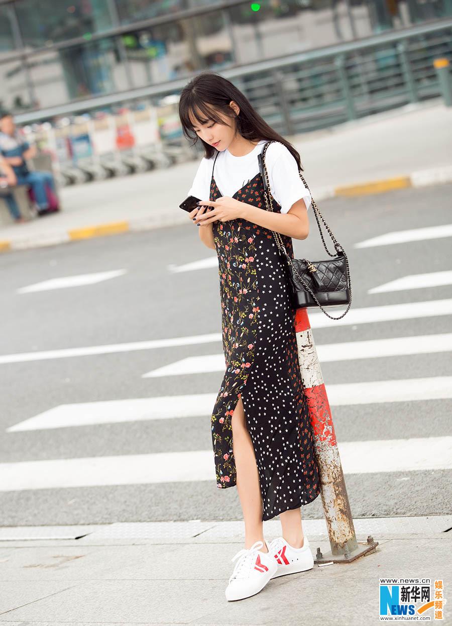 张嘉倪:碎花长裙尽显少女范儿