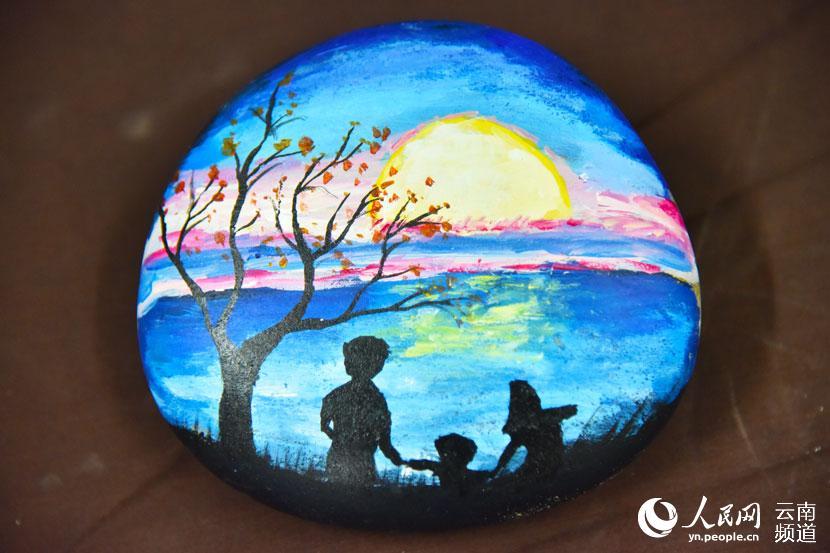 云南安宁大学生巧手创作石头画图片