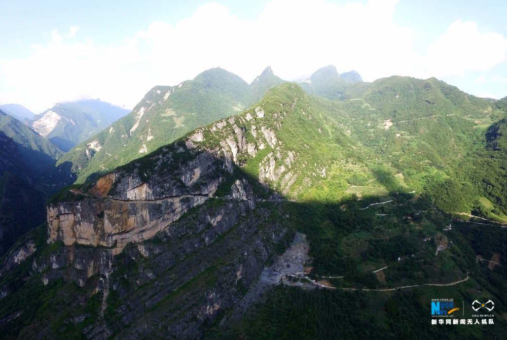 新华网航拍:悬崖上的公路 海拔落差近900米
