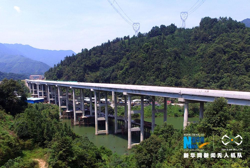 """【""""飞阅""""中国】航拍广西龙胜:一条通往国贫县的高速路"""
