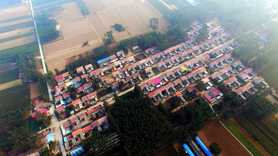 航拍:河南许昌新农村 屋顶绿树相映成趣