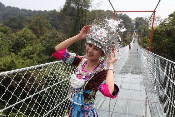 广西双龙沟悬索玻璃桥国庆投入运行