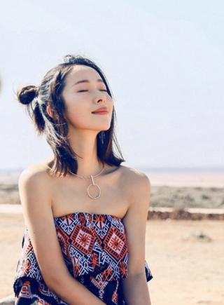 江一燕情迷沙漠 融于自然宛若异域少女