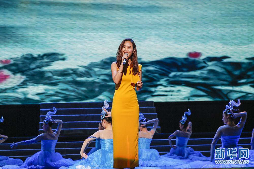"""李白/歌唱家云朵现场演唱为马鞍山""""量身定制""""的歌曲《诗的城》。..."""