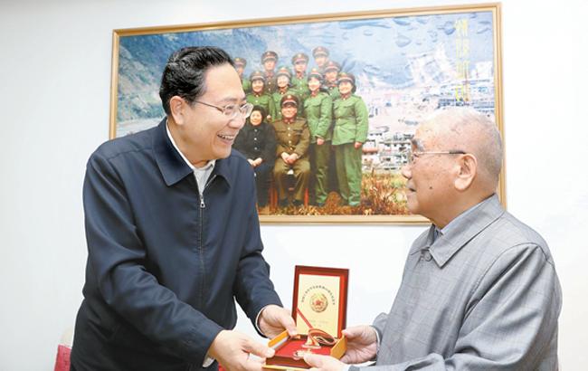 李锦斌信长星走访慰问红军老战士老同志