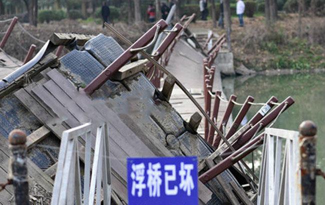 合肥一公园浮桥翻了数月无人管 已经残破不堪