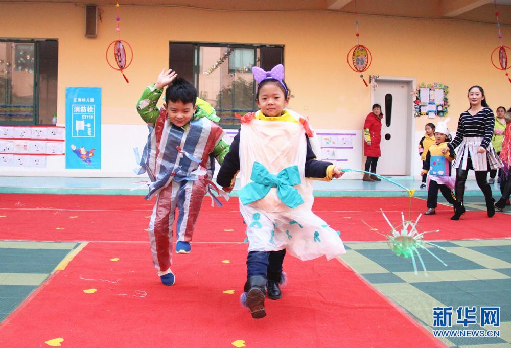 11月30日,孩子们在展示自己动手设计制作的时装。当日,安徽全椒县江海幼儿园举办了一场名为魅力思源 秀出风采环保亲子服装秀,孩子们穿上用废旧的塑料袋、光盘、包装纸、丝带、装饰瓶等物品制作特色服装在校园中进行展示,传递师生们人人行动起来共建美丽中国的美好愿望,同时实现了资源回收再利用,提高了师生节约资源的意识。 新华网发(沈果 摄)