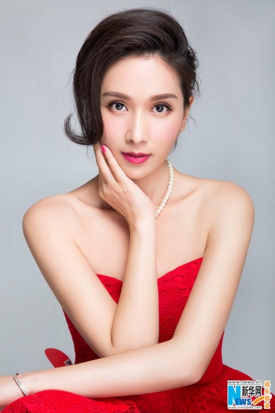 近日,杨恭如曝光了新年大片,红色蕾丝小礼服裙,水晶鞋搭配复古的发型