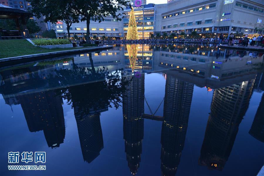 马来西亚吉隆坡双子塔下的巨型圣诞树