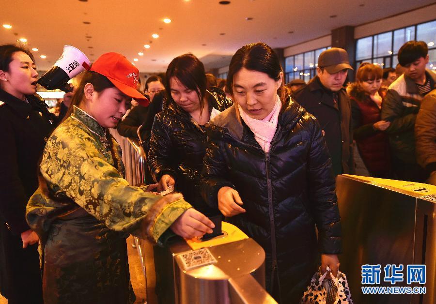 藏族春运志愿者温暖旅客回家路