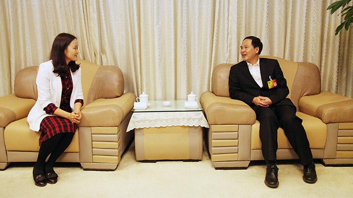 舟山市长温暖与新华网记者互动交谈